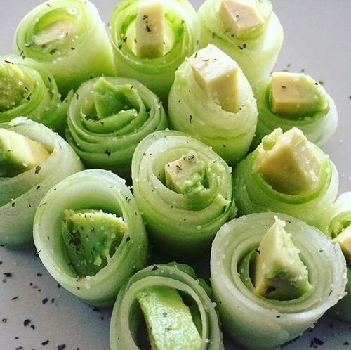 🥒 CUCUMBER AVOCADO 🥑 ROLLS🥒 This is considered a flex food to eat during your transformation!! So yummy and full of mineral salts and good fat 😍